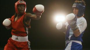 Aya Cissoko (à gauche) contre l'Ukrainienne Oleksandra, en finale du championnat du monde féminin de boxe à New Delhi, en 2006. Cette scène est reprise dans le film.
