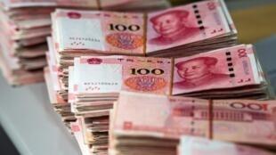 Des coupures de 100 yuans, prises ici dans une banque de Shanghaï. (Photo d'illustration)