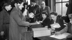 Les femmes votent, pour la première fois, lors du premier tour des élections municipales, le 29 avril 1945.