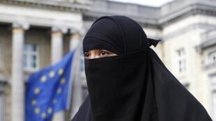 Salma, francesa de 22 anos, se veste com o nicab depois de reconversão ao islã.
