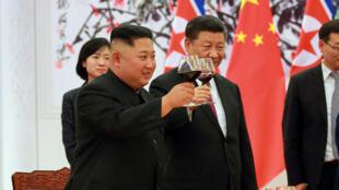 Lãnh đạo Bắc Triều Tiên Kim Jong Un và chủ tịch Trung Quốc Tập Cận Bình trong một buổi chiêu đãi tại Bắc Kinh. Ảnh công bố ngày 26/06/2018.