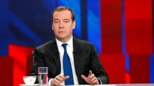 Премьер Дмитрий Медведев объявил отом, что правительство вполном составе уходит вотставку.