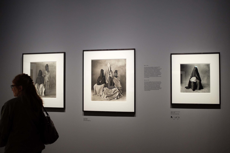 Un visiteur regarde au Grand Palais les photos prises en 1971 par Irving Penn au Maroc.