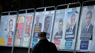 巴黎近郊一條路上豎立的總統候選人官方照