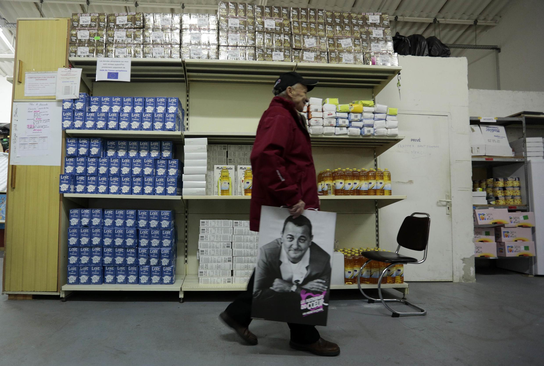 Dans un centre de distribution des Restos du Coeur, dans le sud de la France. Dans la seule Union européenne, la pauvreté et l'exclusion sociale touchent désormais 123 millions de personnes, soit 24% de la population, selon l'OIT.