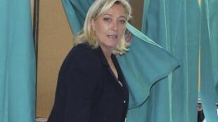 Marine Le Pen, líder del Frente Nacional y candidata de la extrema derecha a las legislativas, votó en Hénin-Beaumont el 17 de junio de 2012.