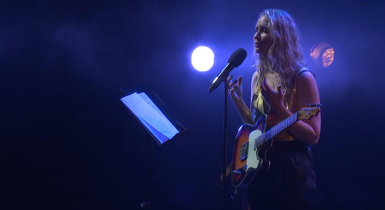 Nawel Ben Kraïem seule en scène avec sa guitare et ses poèmes.