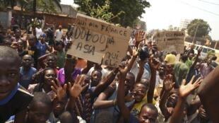 Célébration de la démission du président centrafricain par intérim, Michel Djotodia, dans le district de Lakouenga, le 10 janvier 2014.