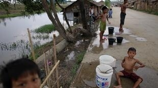 Cuộc sống dân nghèo Miến Điện bên cạnh một khu công nghiệp ở ngoại ô Răngun.