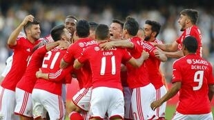 Jogadores do Benfica celebram a conquista do título após o jogo frente ao Vitória de Guimarães, que terminou com um empate sem golos.