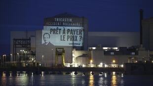 Транспарант Гринпис на стене АЭС группы Areva в Трикастене с портретом Франсуа Олланда 15/07/2013