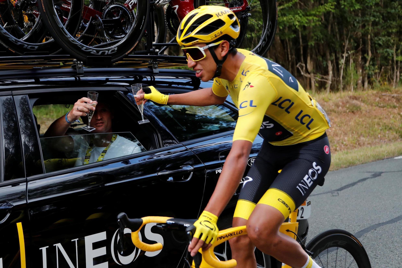 Эган Берналь празднует победу на дистанции этапа Рамбуйе-Елисейские поля
