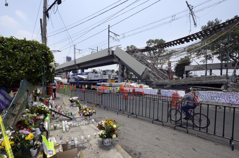 Tributos en un altar por las víctimas del accidente del metro de Ciudad de México.
