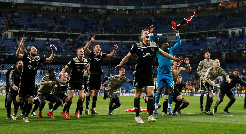 La gran sorpresa: Ajax celebra la victoria contra el Real Madrid y su paso a cuartos de final de la Liga de Campeones.