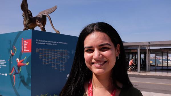 Née au Qatar, d'origine algérienne, elle a grandi en France. La réalisatrice Meriem Mesraoua a présenté, lors de cette édition 2020 de la Mostra, son court métrage très réussi «À fleur de peau» («Under Her Skin») dans la section «Orizzonti».