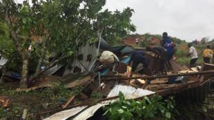 Plusieurs habitations situées en contrebas de la voie ferrée qui va au Burkina Faso ont été ensevelies sous des mètres de boue.