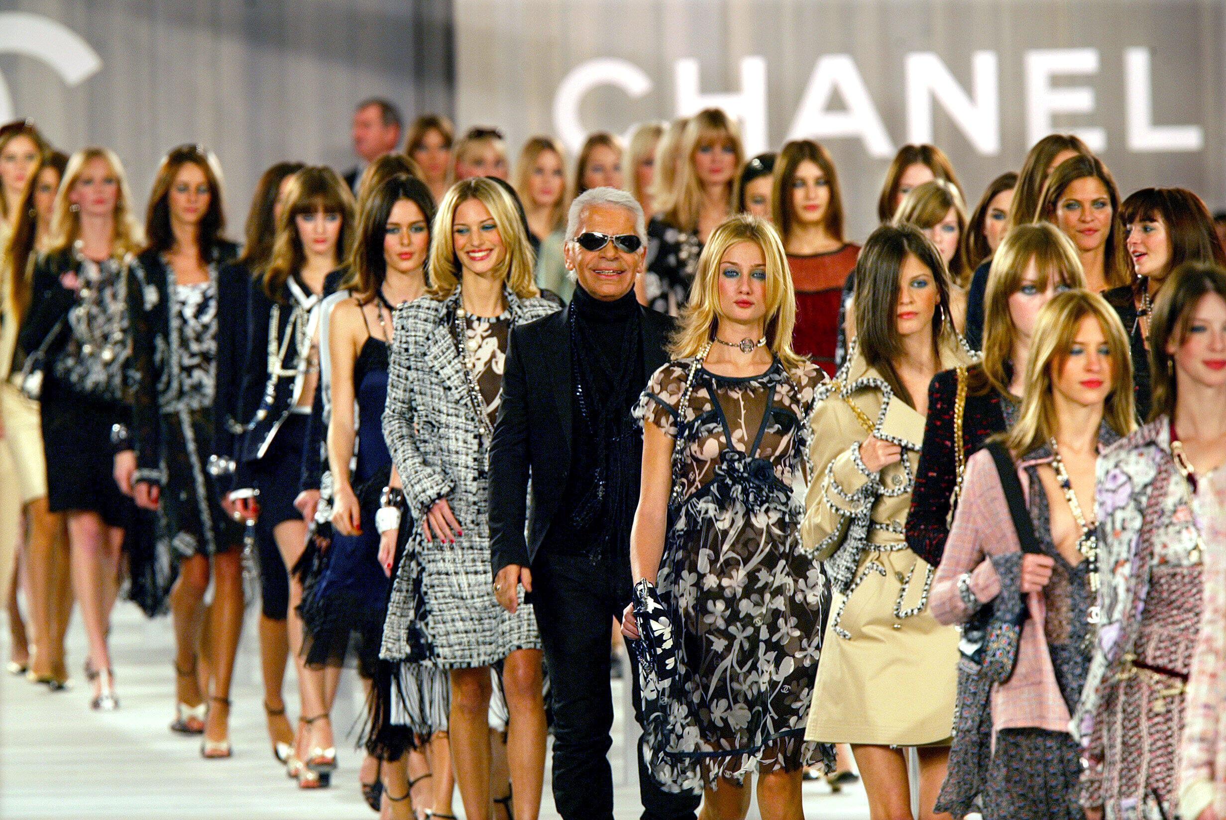 Kark Lagerfeld nhân đợt biểu diễn thời trang Chanel tại Paris tháng 10/2003