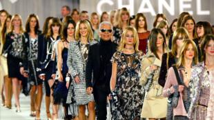 Карл Лагерфельд и модели дома Chanel на показе в Париже в 2003 году.