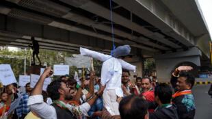 L'attaque contre la femme victime de viol et brûlé vive intervient alors que de nombreuses manifestations ont lieu depuis le viol et le meurtre d'une jeune vétérinaire à Hyderabad.