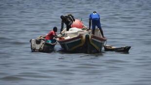 Des pêcheurs sénégalais sur une pirogue au large de Dakar.