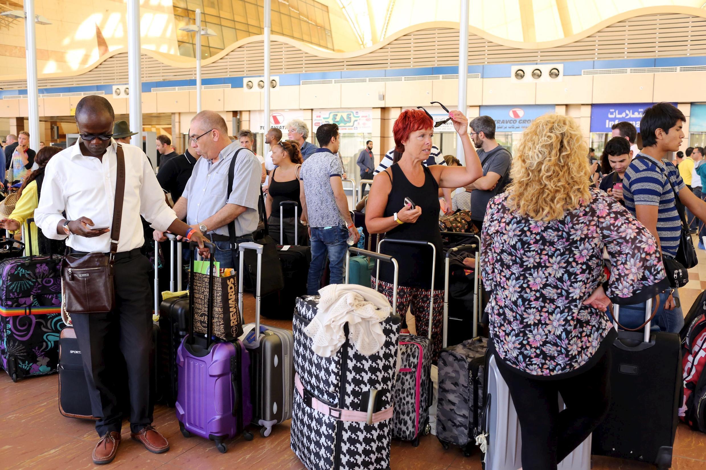 Hành khách chờ được máy bay di tản về Anh Quốc ngày 06/11/2015.