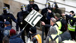 Đụng độ giữa cảnh sát và phe Áo Vàng tại thành phố Nantes trong cuộc biểu tình ngày 22/12/2018.