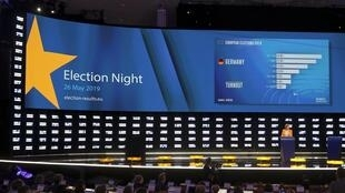 5月26日晚,欧盟总部布鲁塞尔会议大厅屏幕显示德国选举出口民调结果。