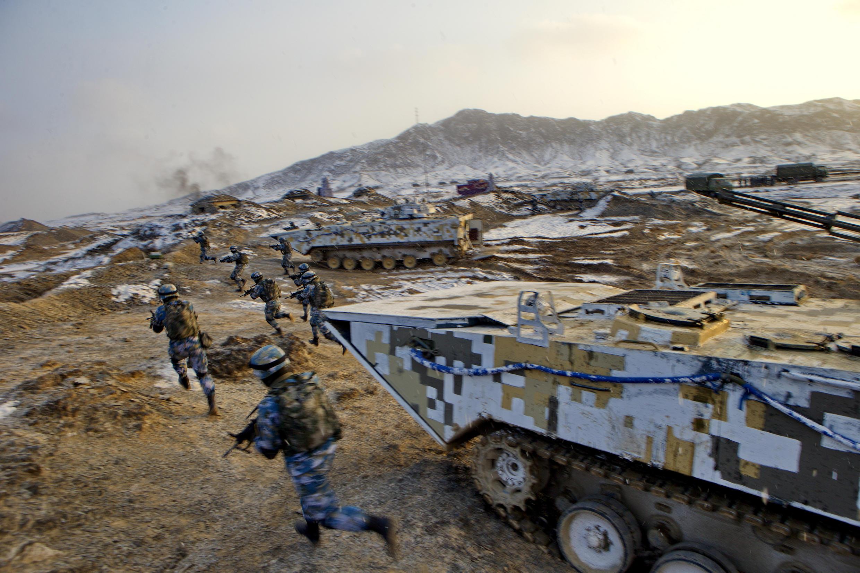 Ảnh minh họa : Quân đội Trung Quốc luyện tập tại căn cứ Bayingol, vùng tự trị Tân Cương. Ảnh tư liệu 21/01/2016.