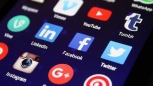 Sur les réseaux sociaux, s'informer en live sur Twitter ou Facebook.