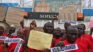 Les intermédiaires travaillant pour Orange dans les services de transfert d'argent par téléphone manifestatent au quartier Parcelles assainies de Dakar, ce mercredi 6 juin.