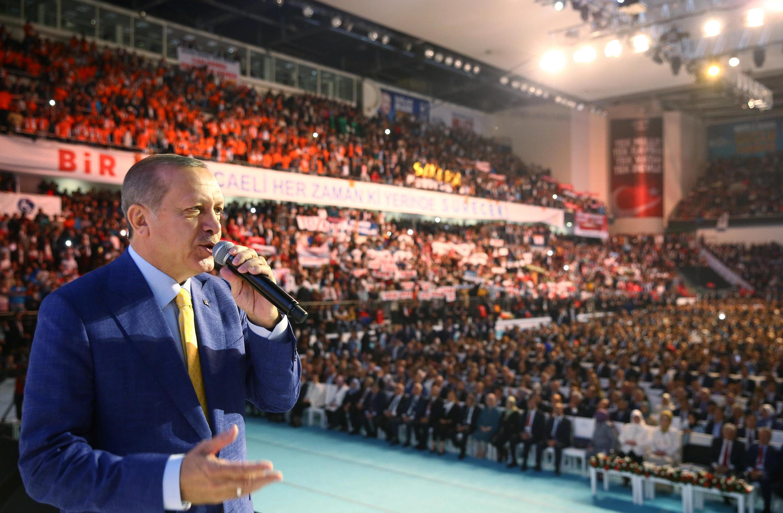 Recep Tayyip Erdogan a été réélu ce dimanche 21 mai à la tête de l'AKP devant plus de 60000 personnes.