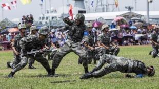 Quân đội Trung Quốc tập trận tại Ngong Shuen Chau Barracks, Hồng Kông, ngày 30/06/2019.