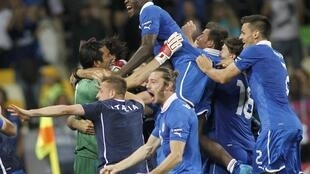 Jogadores italianos comemoram vitória nos pênaltis sobre a Inglaterra, neste domingo.