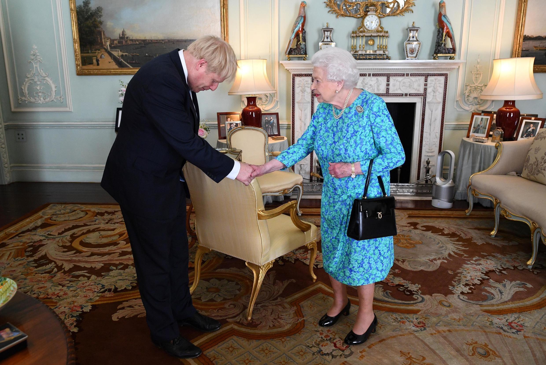A rainha Elizabeth II recebe o premiê Boris Johnson durante uma audiência no palácio de Buckingham, em julho de 2019.