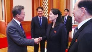 Tổng thống Hàn Quốc Moon Jae In (T) bắt tay bà Kim Yo Jong, em gái lãnh đạo Bắc Triều Tiên, trong chuyến công du Seoul đầu năm 2018.