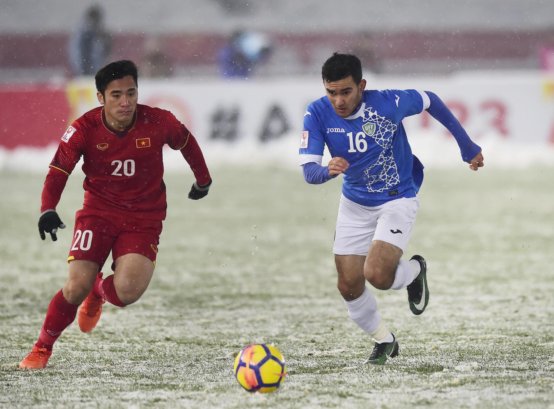 Một pha tranh bóng của cầu thủ U23 Việt Nam và Uzbekistan trong trận chung kết ngày 27/01/2018 trên sân Thường Châu, Trung Quốc.