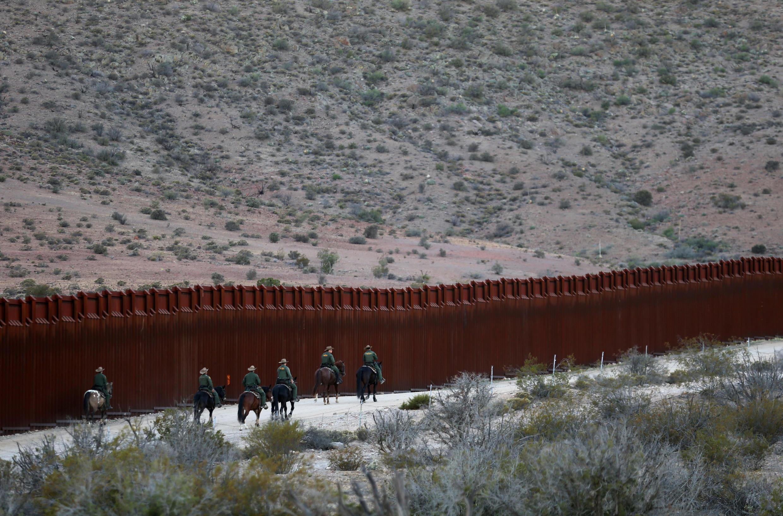 Biên phòng Mỹ tuần tra tại hàng rào biên giới với Mêhicô, gần Jacumba, Californie, ngày 14/11/2016.