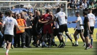 Adeptos corsos agrediram jogadores do Lyon, no estádio de Furiani - 18.4.2017