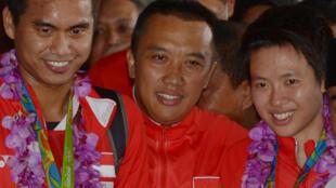El entonces ministro de Deportes de Indonesia, Imam Nahrawi (c), con los jugadores de bádminton Tontowi Ahmad (izq) y Liliyana Natsir a su llegada a Yakarta el 23 de agosto de 2016, tras el oro conquistado en los Juegos Olímpicos de Rio