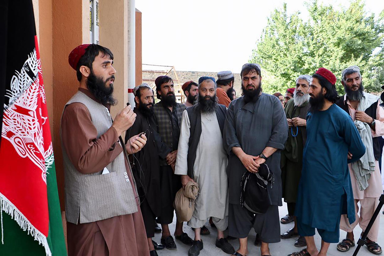 As autoridades afegãs começaram a libertar uma lista de 400 prisioneiros ligados ao Taleban.