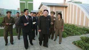 Kim Jong-un reapareció caminando con un bastón. La foto fue distribuida por la agencia norcoreana KCNA y se ignora en qué condiciones fue realizada.