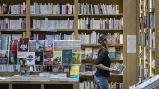Vendeuse dans une librairie de Mulhouse, le 11 mai 2020 (Photo d'illustration).