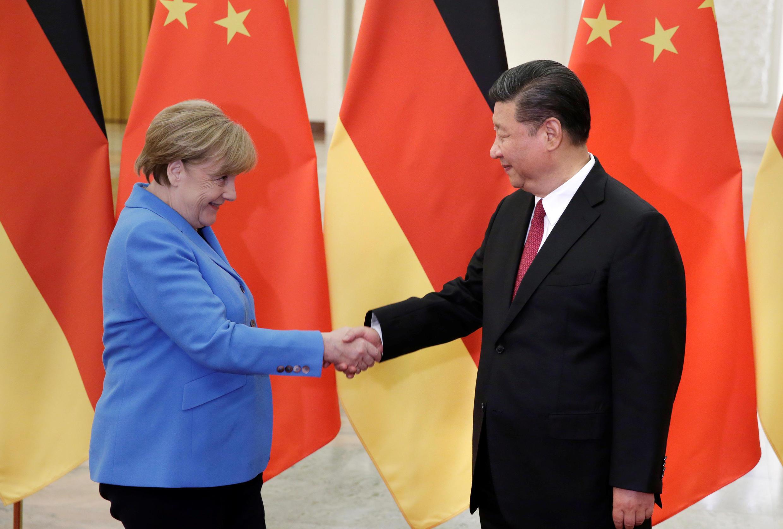 Le président chinois Xi Jinping (d) à la rencontre de la chancelière allemande Angela Merkel à Beijing, en Chine, le 24 mai 2018.