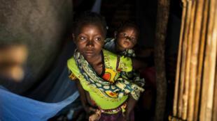 Crianças da família de Vicente Tiago que conta 30 pessoas que fugiram dos ataques armados de Muidumbe, Cabo Delgado, e se refugiaram numa pequena casa precária na zona de Chiuba, Cidade de Pemba, 21 de Julho de 2020.