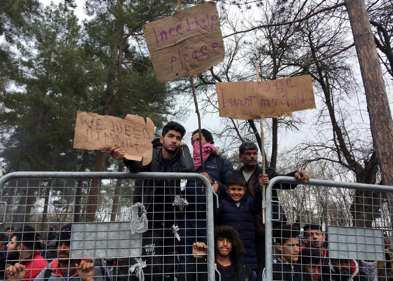 Imigrantes no posto fronteiriço de Pazarkule, na fronteira da Turquia com Kastanies, perto de Edirne, Turquia, 5 de março de 2020.