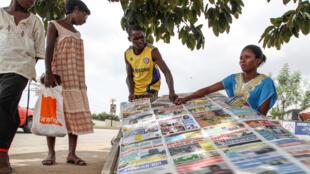 Un vendeur de journaux dans le quartier de Cocody, à Abidjan.
