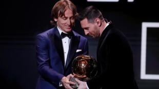 2018年金球奖得主莫德里奇 Modric给梅西颁奖.