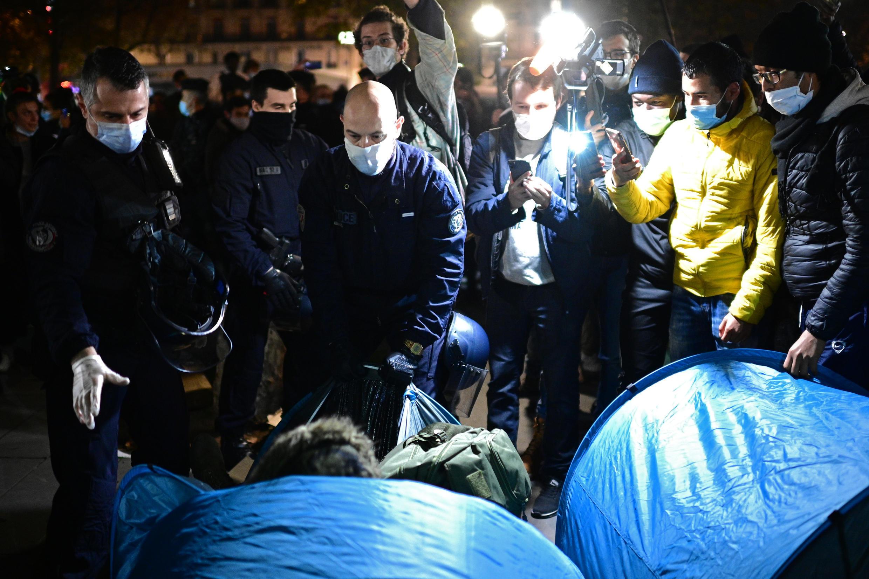 Evacuation camp de migrants place de République