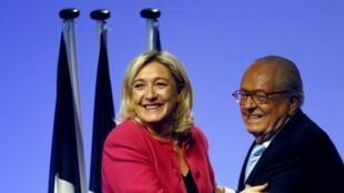 La présidente du Front national, Marine Le Pen, et son père, Jean-Marie Le Pen, président d'honneur du parti, en campagne à Marseille, le 20 mai 2014, pour les Européennes.