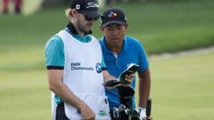 Le golfeur Byeong Hun An et son caddie Daniel Parratt durant le deuxième jour du BMW Championship, le 7 septembre 2018.